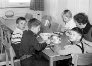 1964-kinder-beim-essen