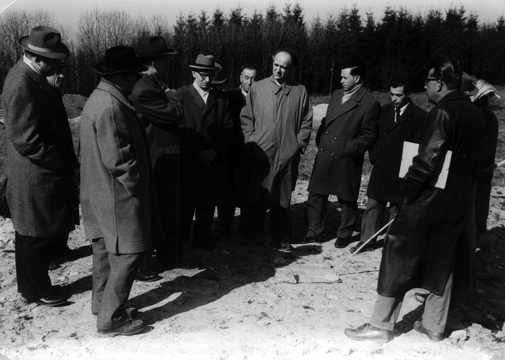 Erste Geländebesichtigung, wo das Kinderdorf entstehen soll. Vorne rechts ist Franz Gehweiler zu sehen.
