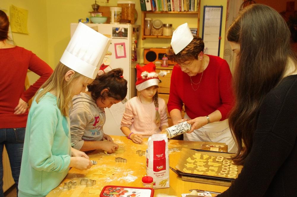 In der Weihnachtsbäckerei mit Fans und Familie