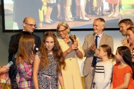 Preisträgerin Brigitte Ottenbruch mit ihren Enkelkindern