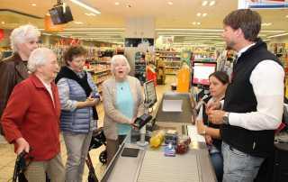 """""""Wir holen unser Geld jetzt an der Supermarktkasse"""""""