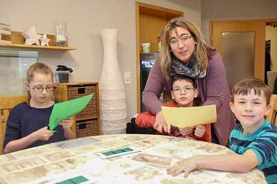 Jonathan im Kinderdorfhaus mit der Kinderdorfmutter Elice Freer