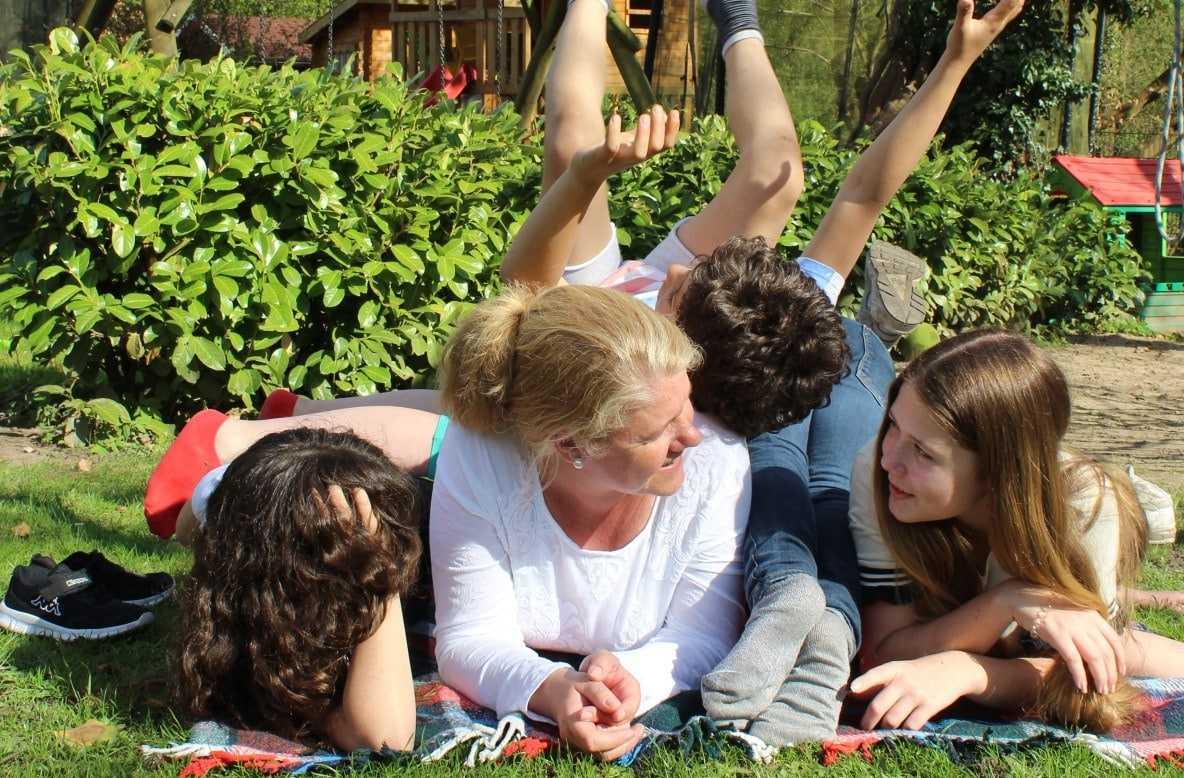 Frau mit Kindern auf der Wiese