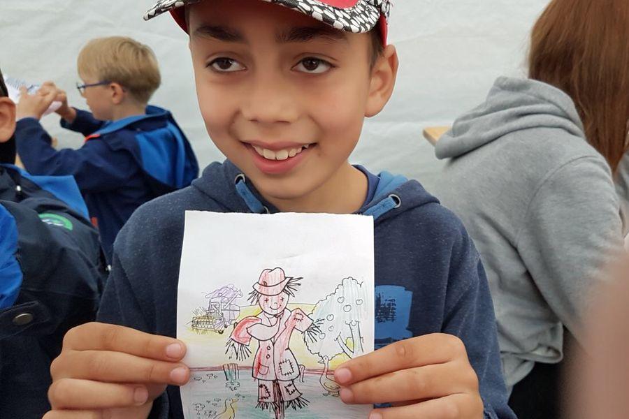 Kind hält Zeichnung