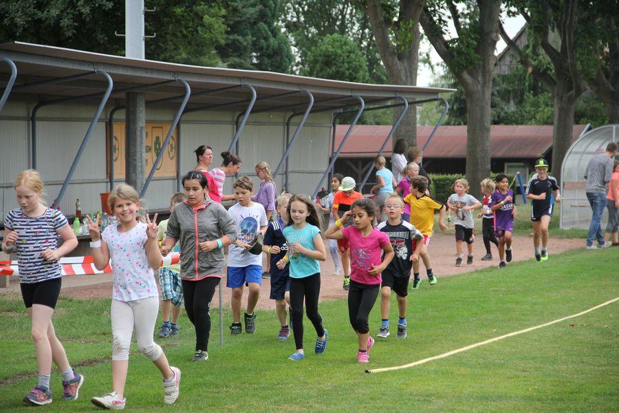 laufende Kinder auf einem Sportplatz