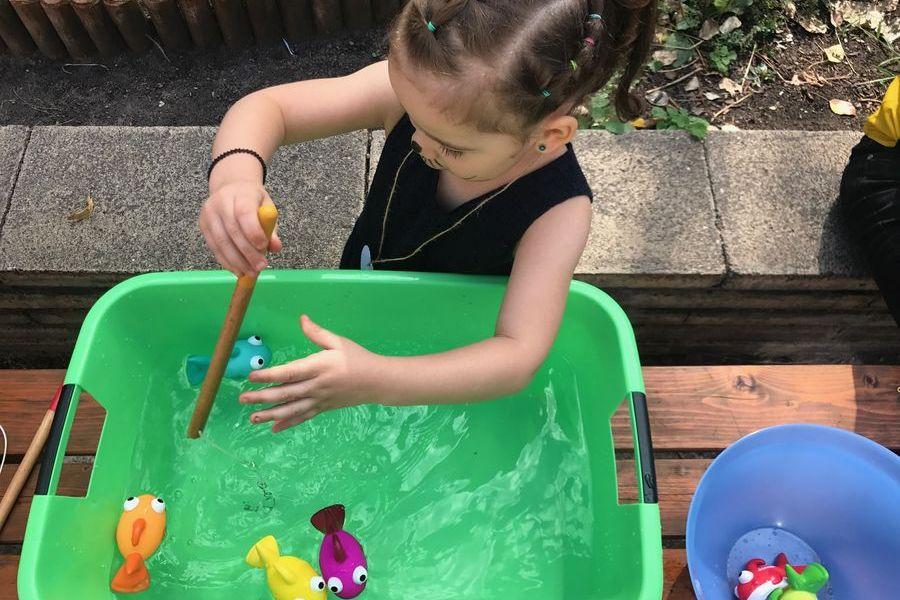 Kind spielt Angeln