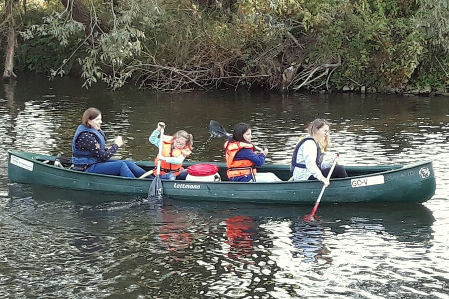 vier Kinder in einem Kanu