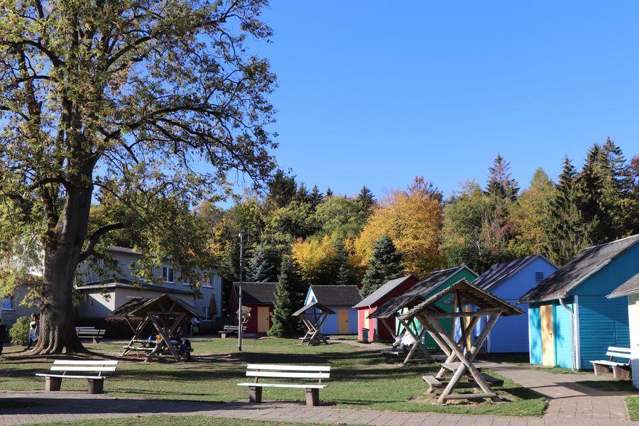 Gelände mit Holzhäusern