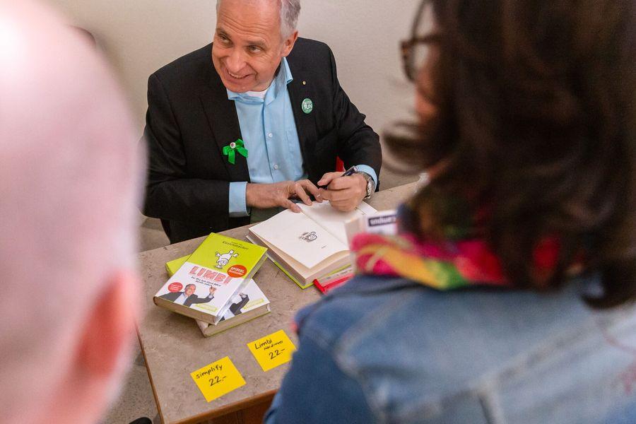 Tiki Küstenmacher signiert Bücher
