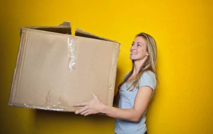 Frau mit Karton