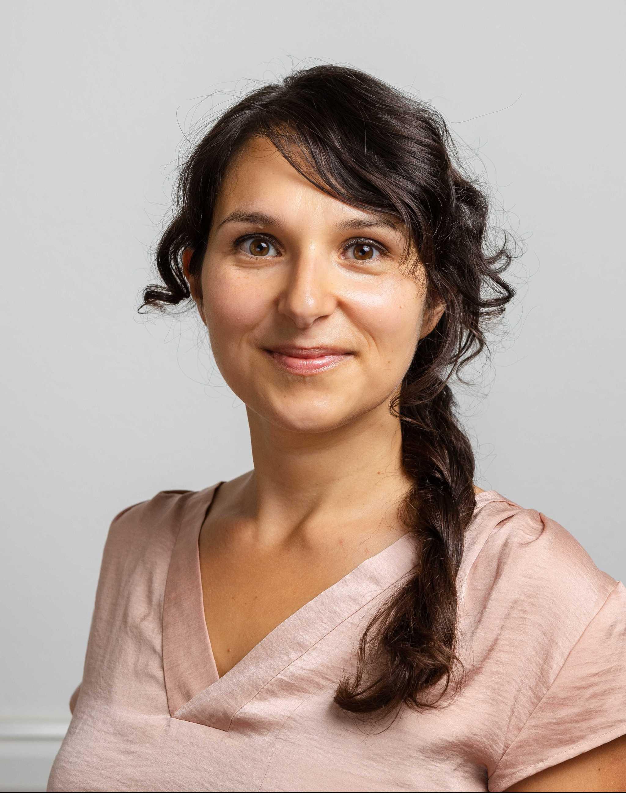 Hanna Irabi (aktuell in Elternzeit)